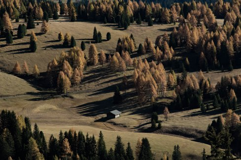 mountains-tyrol-dolomites-hiking-autumn-cabin